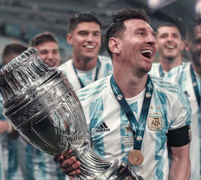 Lộ cảnh Messi nằm dài tắm nắng thảnh thơi, đi ăn tối bị fan Mỹ quây kín - 1