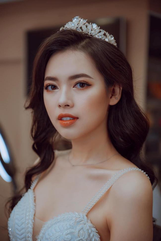 Bùi Thanh Hằng sinh năm 1993. Cô từng tham gia cuộc thi Hoa hậu Hoàn vũ Việt Nam năm 2017 và lọt top 5.