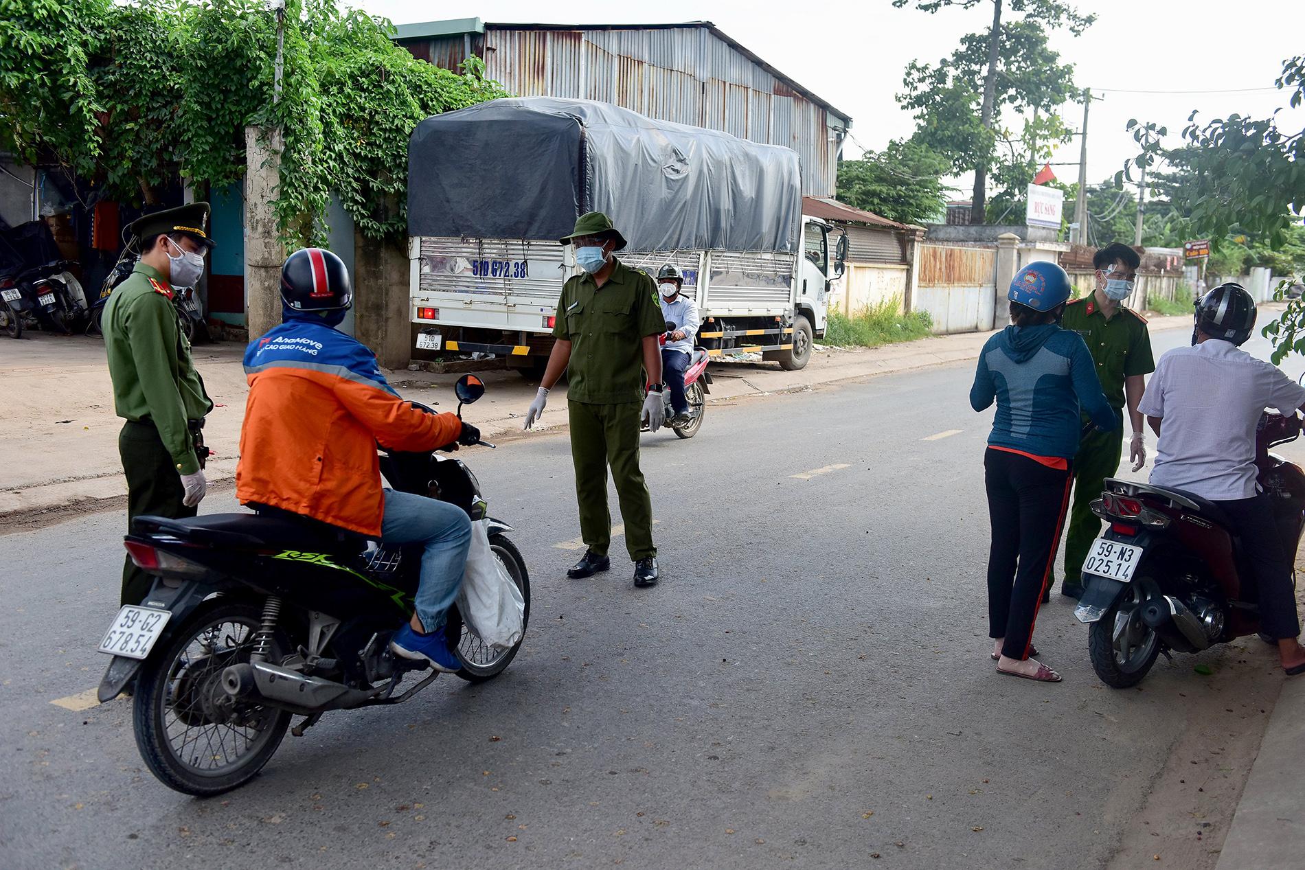 TP.HCM: Người đàn ông đi mua gạo dương tính SARS-CoV-2 khi test nhanh COVID-19 bên đường - 1