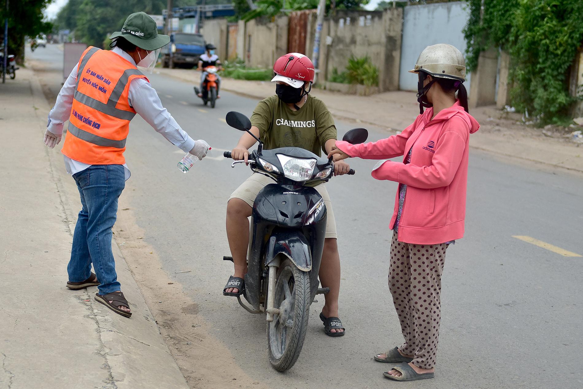 TP.HCM: Người đàn ông đi mua gạo dương tính SARS-CoV-2 khi test nhanh COVID-19 bên đường - 11