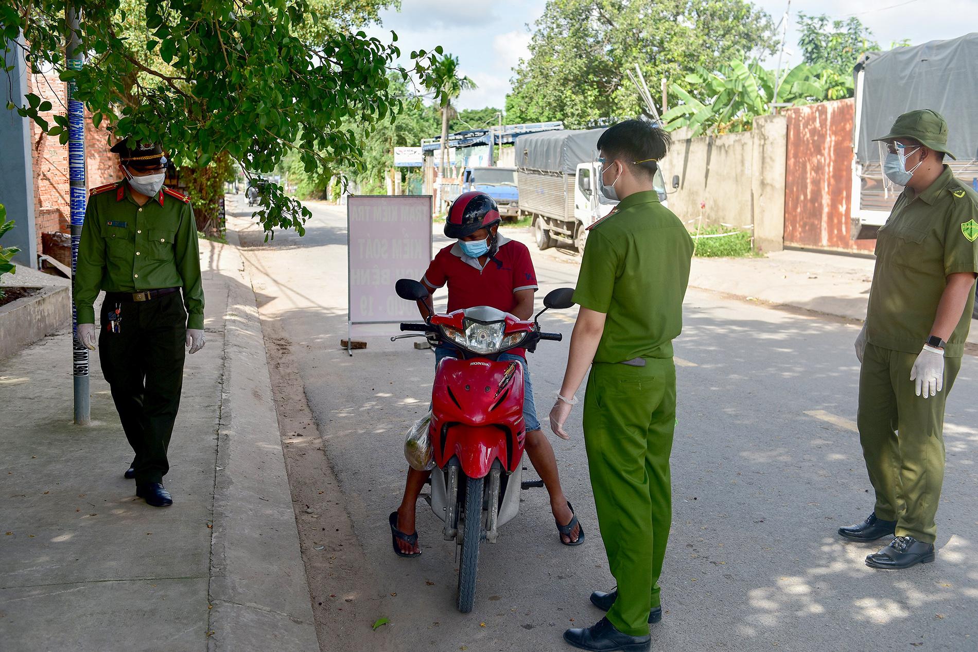 TP.HCM: Người đàn ông đi mua gạo dương tính SARS-CoV-2 khi test nhanh COVID-19 bên đường - 2