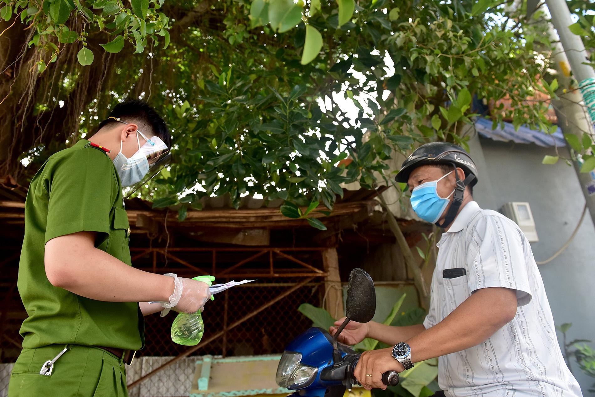 TP.HCM: Người đàn ông đi mua gạo dương tính SARS-CoV-2 khi test nhanh COVID-19 bên đường - 3