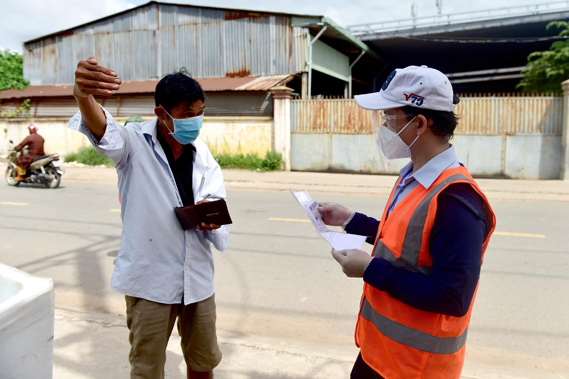 TP.HCM: Người đàn ông đi mua gạo dương tính SARS-CoV-2 khi test nhanh COVID-19 bên đường - 4