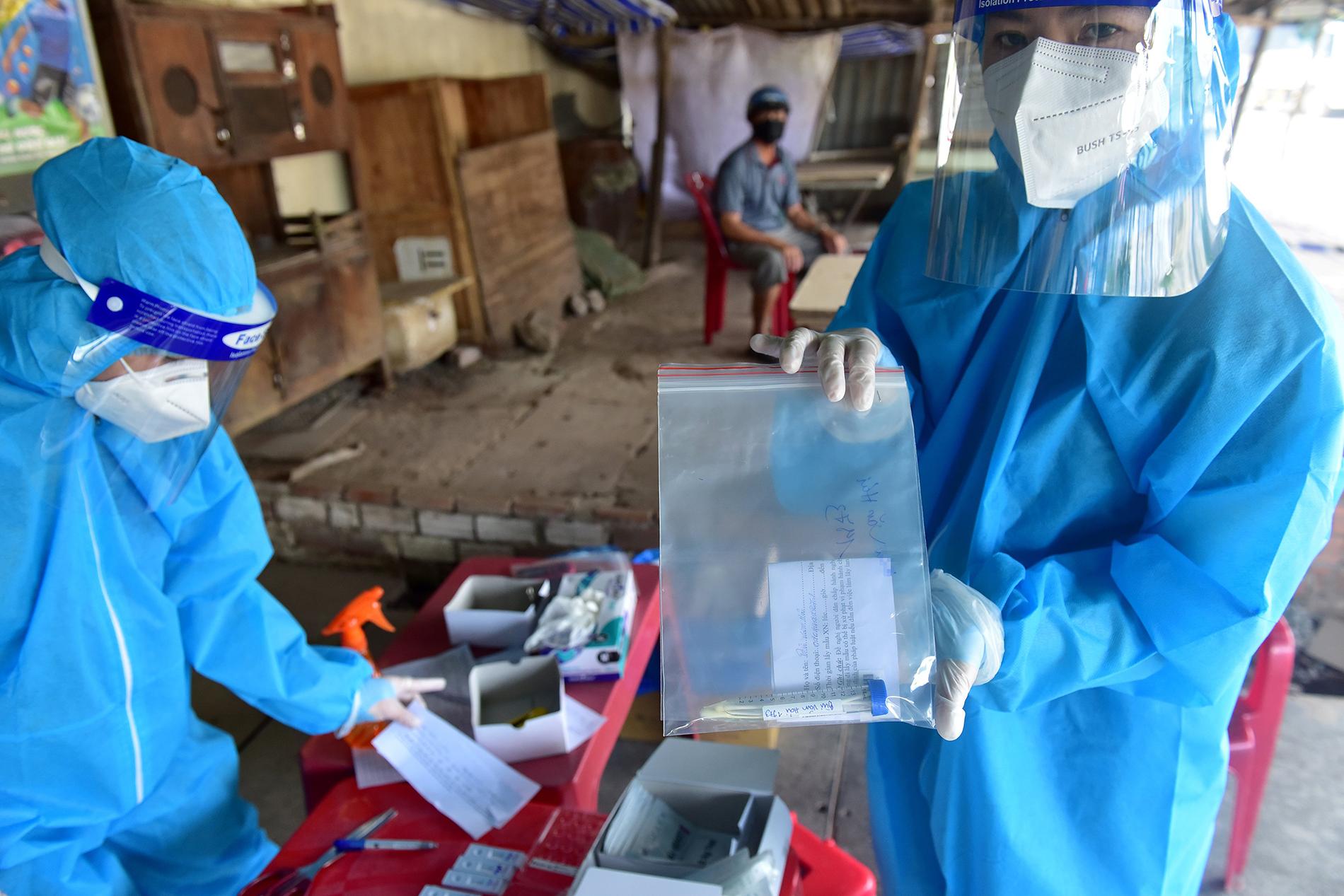 TP.HCM: Người đàn ông đi mua gạo dương tính SARS-CoV-2 khi test nhanh COVID-19 bên đường - 8