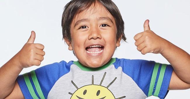 Ryan Kaji có mẹ là người Việt, bố là người Nhật. Gia đình em sống ở Mỹ. Trong năm 2020, cậu bé này đã kiếm được 30 triệu USD (690 tỷ đồng)nhờ công việc đánh giá đồ chơi trên Youtube.
