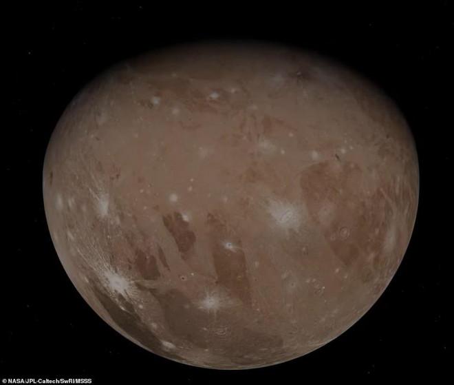Những bức ảnh tuyệt đẹp về mặt trăng lớn nhất Hệ Mặt trời - 1