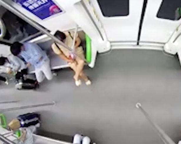 """Người phụ nữ TQ vén váy trên tàu điện ngầm để quay video """"chỗ hiểm"""" phát trực tuyến và cái kết - 1"""