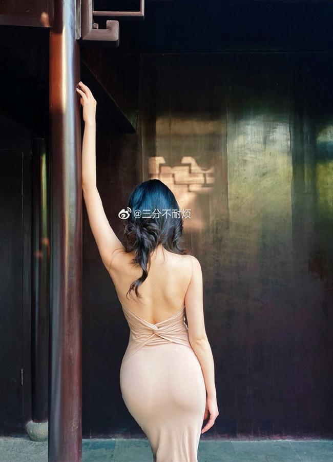 Cô từng theo học Nhạc viện Tứ Xuyên - được biết đến là một trong những ngôi trường nghệ thuật top đầu ở Trung Quốc.