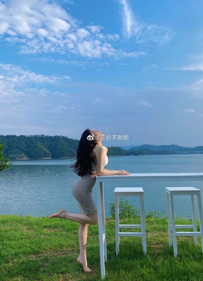 Lindsay sinh ngày 1/8/1991, Thượng Hải,là hot girl nổi tiếng trên mạng Weibo.