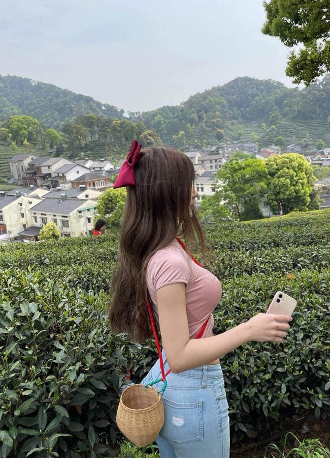 Set đồ kín như bưng nhưng không giấu nổi đường cong của cô gái Hàng Châu.