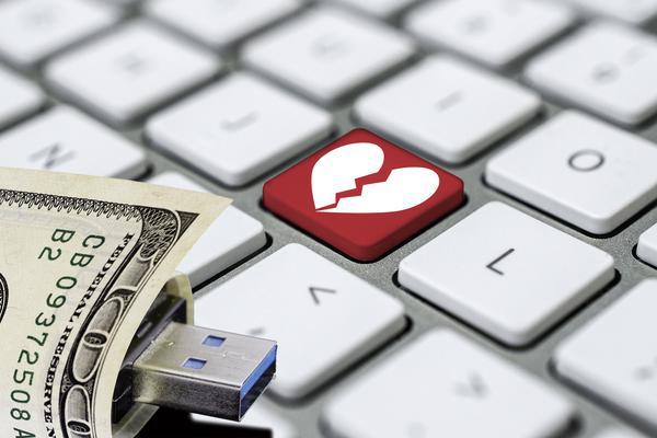 """Yêu đương qua mạng, cụ ông 80 """"chết đứng"""" khi phát hiện bí mật đắng lòng, mất hơn 9 tỷ đồng - 1"""