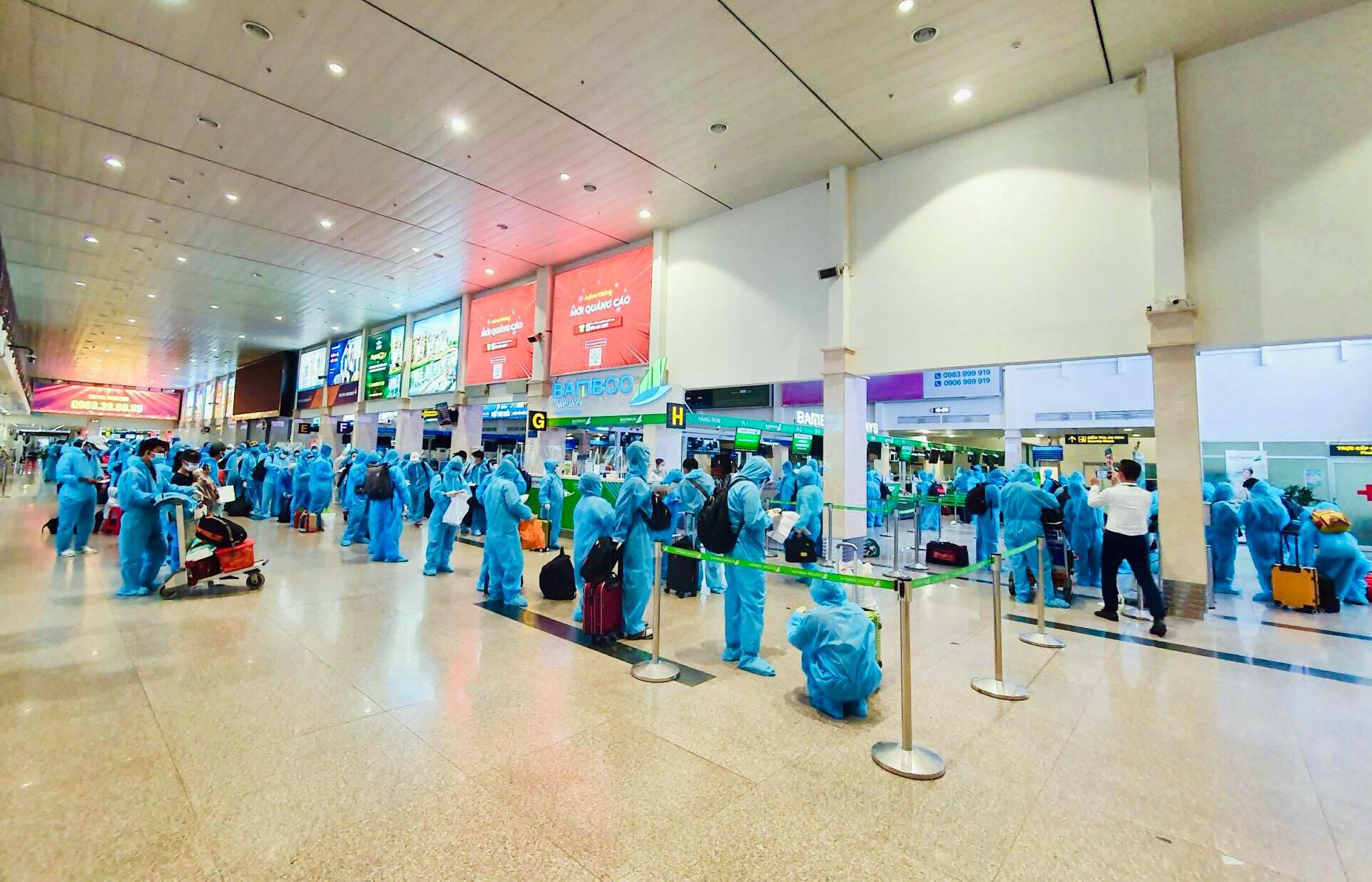 200 người Bình Định ra sân bay Tân Sơn Nhất để về quê: Cầm tấm vé trên tay ai cũng xúc động - 14