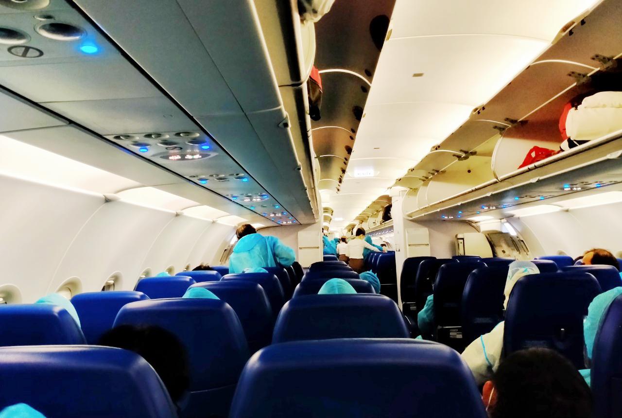 200 người Bình Định ra sân bay Tân Sơn Nhất để về quê: Cầm tấm vé trên tay ai cũng xúc động - 15