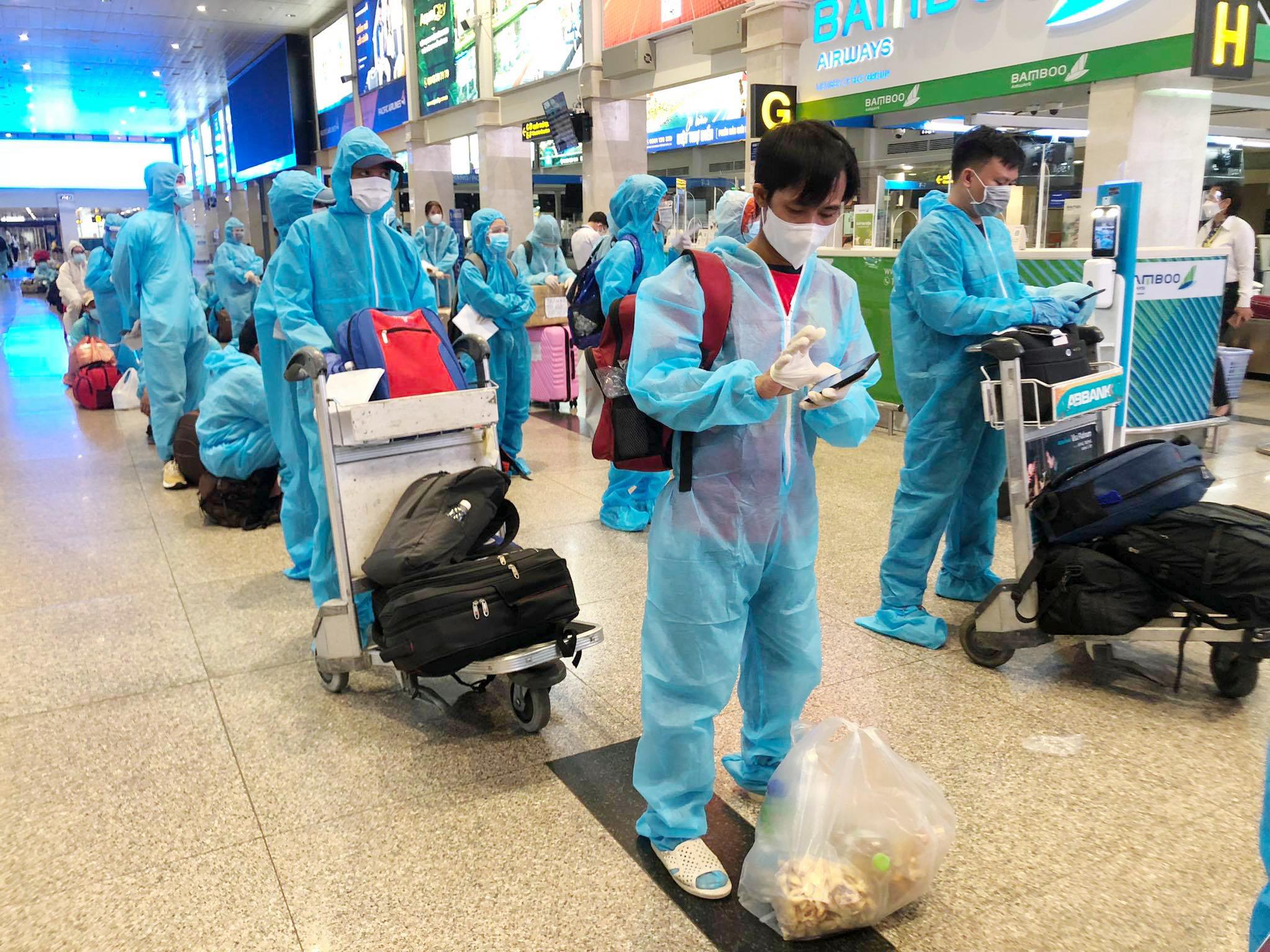 200 người Bình Định ra sân bay Tân Sơn Nhất để về quê: Cầm tấm vé trên tay ai cũng xúc động - 2