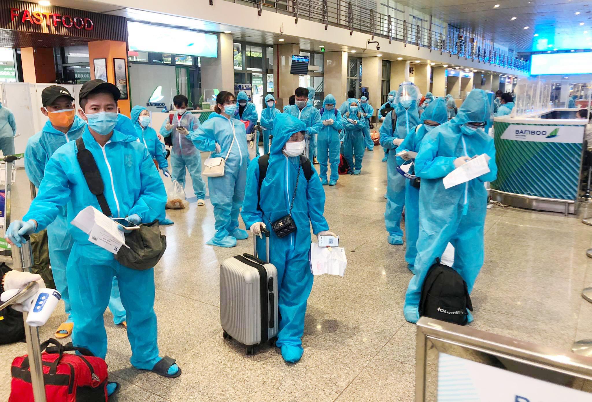 200 người Bình Định ra sân bay Tân Sơn Nhất để về quê: Cầm tấm vé trên tay ai cũng xúc động - 3