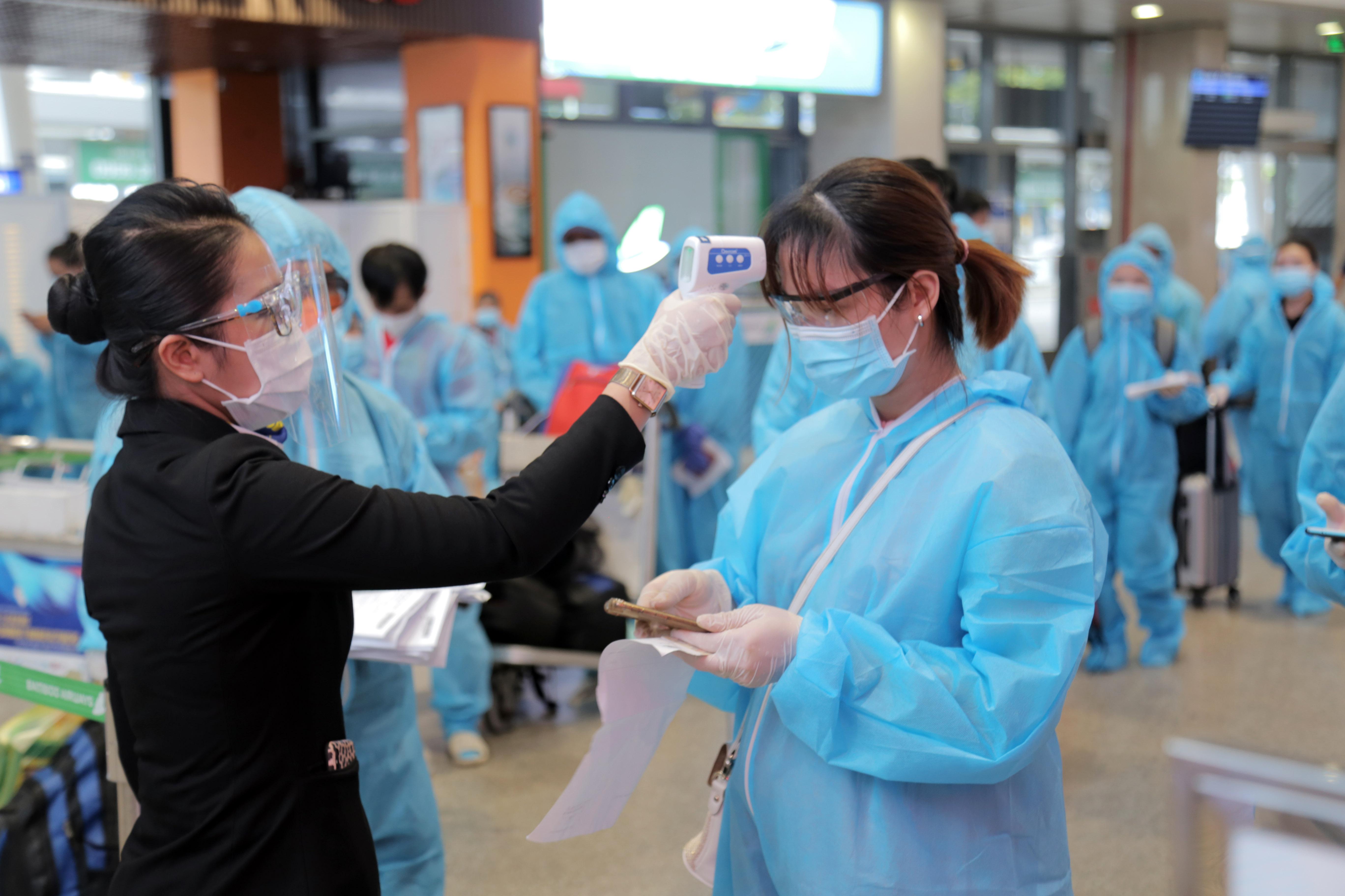 200 người Bình Định ra sân bay Tân Sơn Nhất để về quê: Cầm tấm vé trên tay ai cũng xúc động - 4