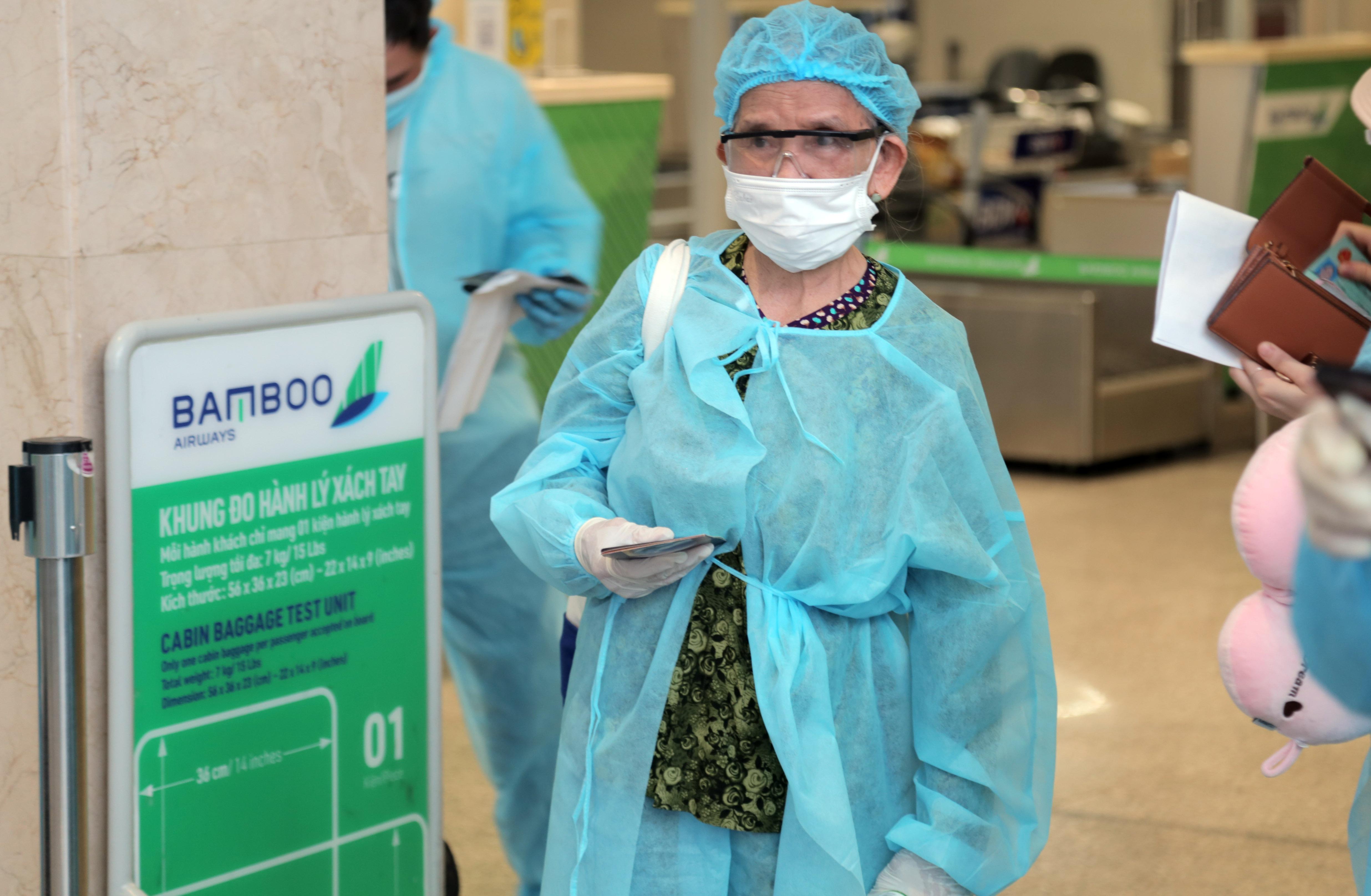 200 người Bình Định ra sân bay Tân Sơn Nhất để về quê: Cầm tấm vé trên tay ai cũng xúc động - 8