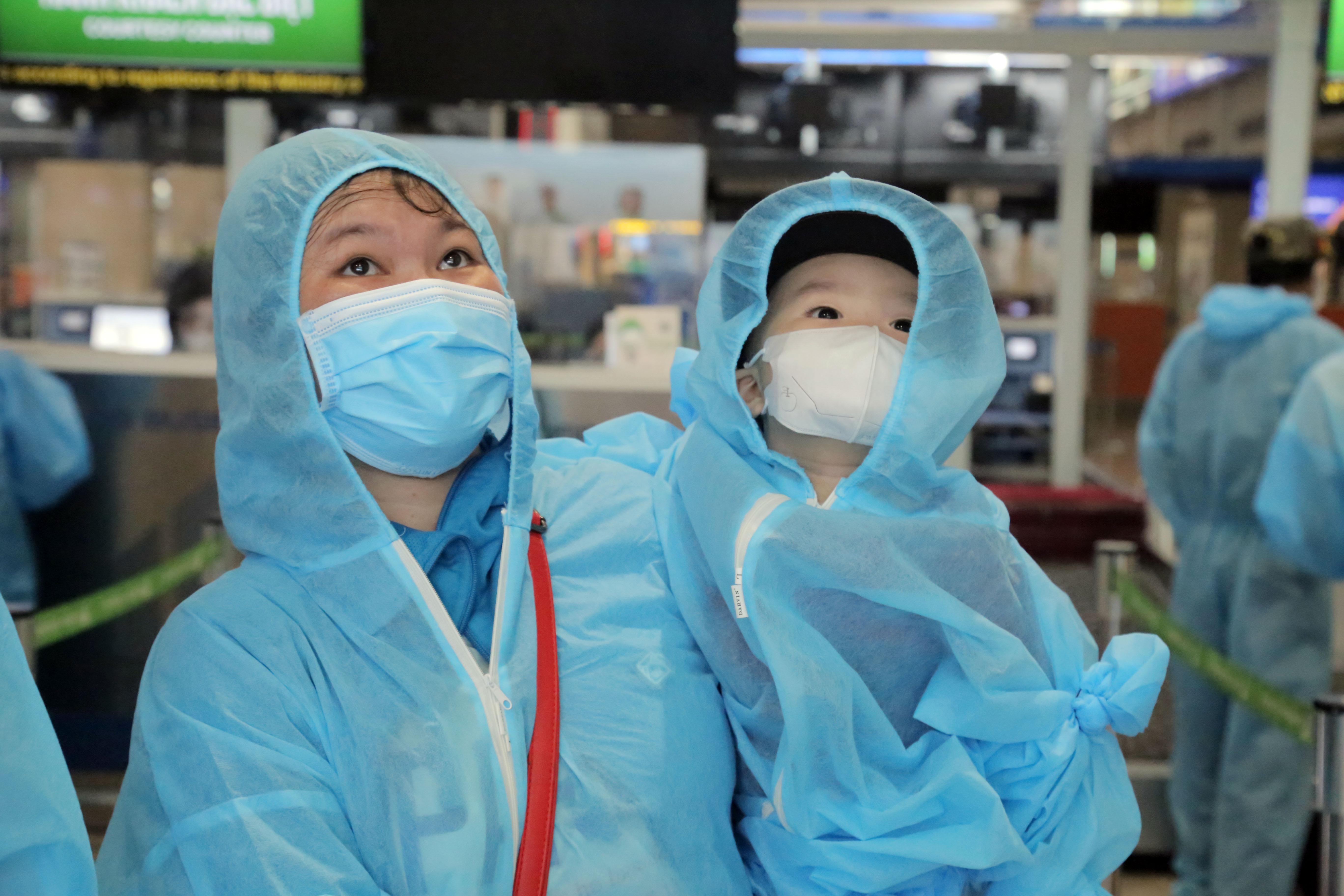 200 người Bình Định ra sân bay Tân Sơn Nhất để về quê: Cầm tấm vé trên tay ai cũng xúc động - 9