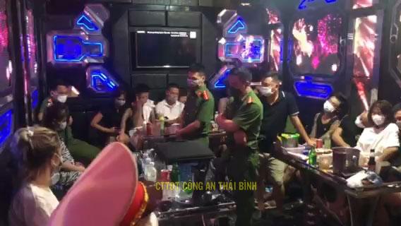 27 nam, nữ thanh niên tụ tập thác loạn trong tiếng nhạc mạnh tại quán karaoke - 1