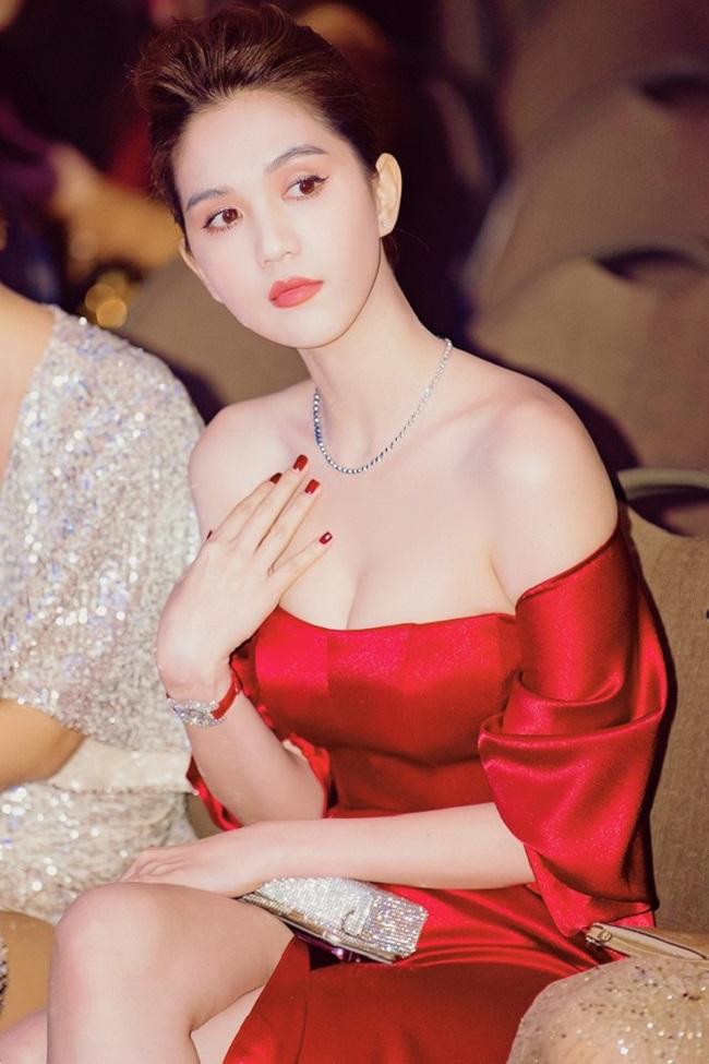 Ngọc Trinh sinh năm 1989 tại Trà Vinh, được biết đến là người mẫu, diễn viên nổi tiếng của showbiz Việt.