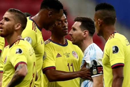 """Messi nổi máu """"sân si"""" chọc tức đồng đội cũ đá hỏng 11m, bị đáp trả bất ngờ"""