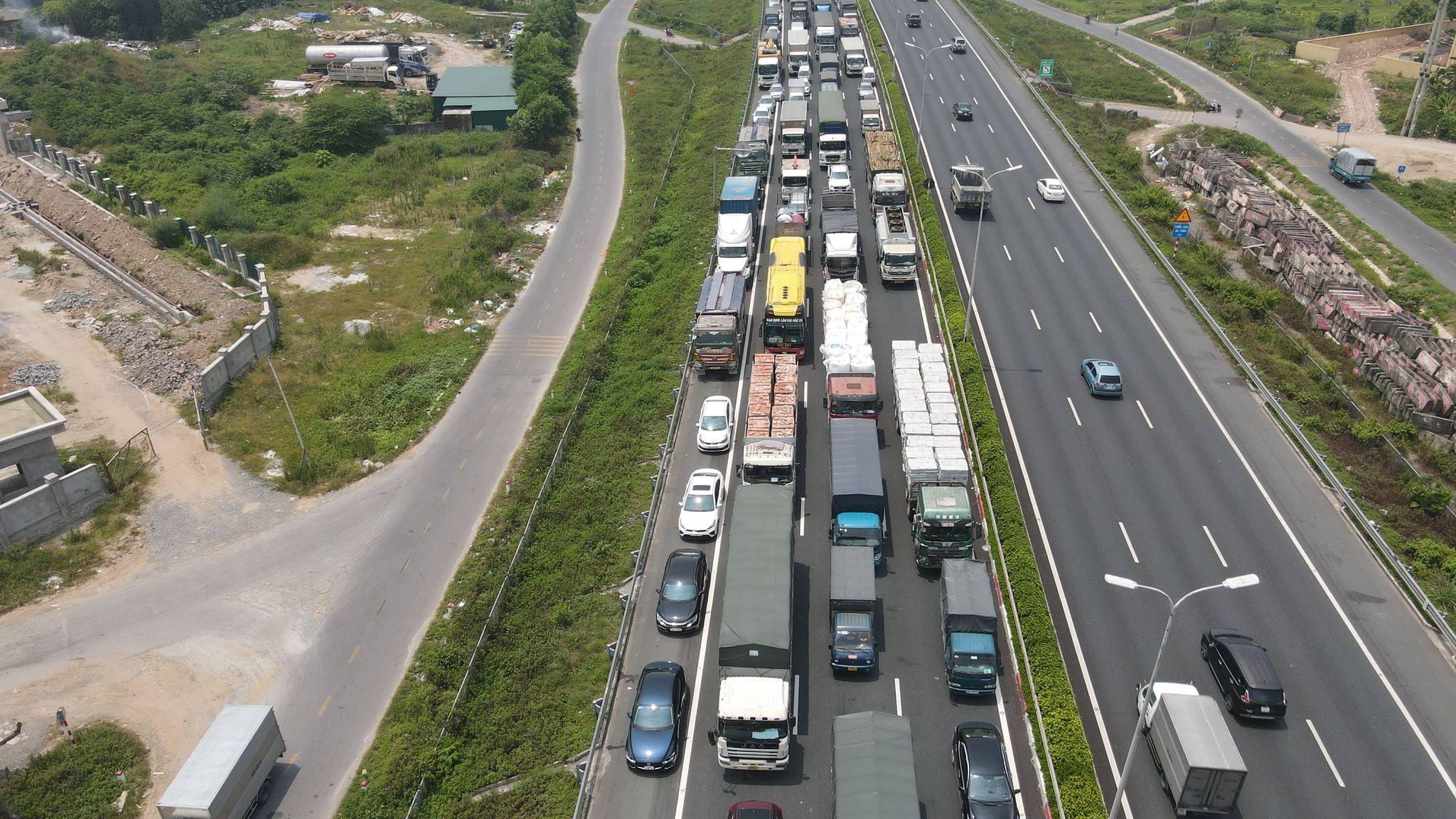 Ùn tắc hàng km ở chốt kiểm dịch cao tốc Pháp Vân - Cầu Giẽ - 1
