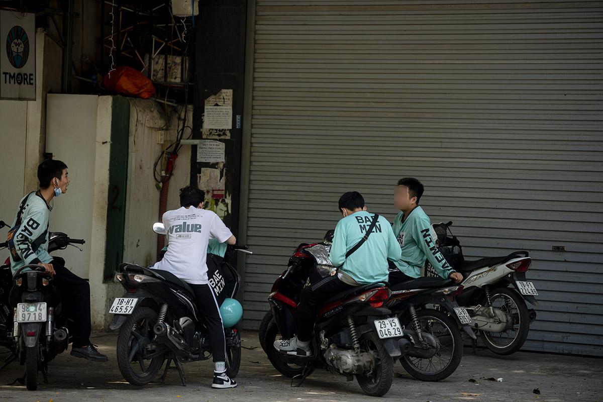 """Hà Nội: Phớt lờ quy định chống dịch COVID-19, nhiều shipper tụ tập buôn chuyện chờ """"nổ đơn"""" - 15"""