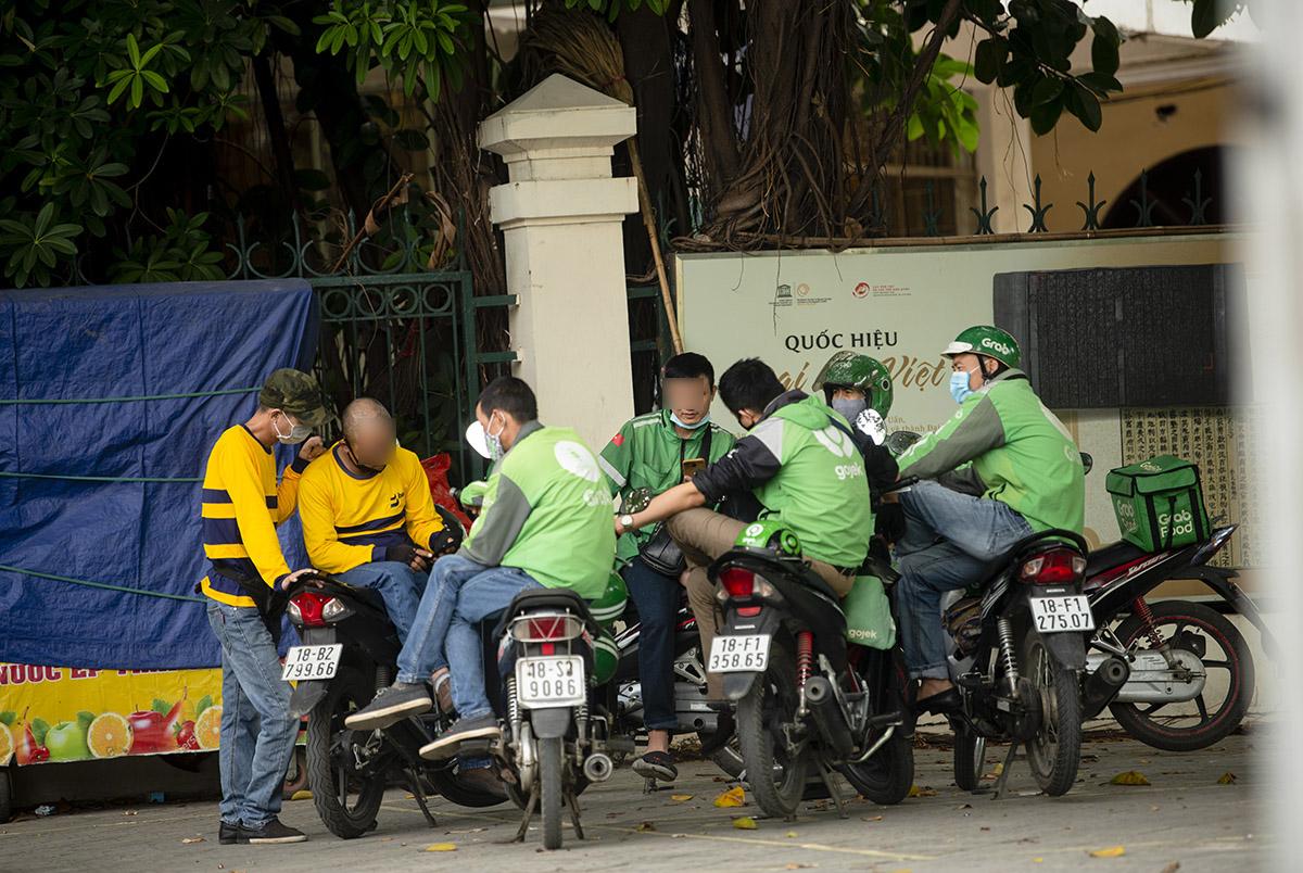 """Hà Nội: Phớt lờ quy định chống dịch COVID-19, nhiều shipper tụ tập buôn chuyện chờ """"nổ đơn"""" - 6"""