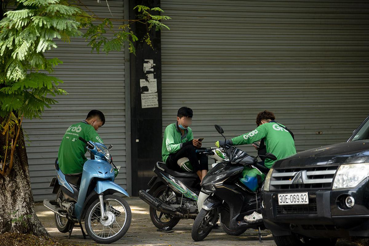 """Hà Nội: Phớt lờ quy định chống dịch COVID-19, nhiều shipper tụ tập buôn chuyện chờ """"nổ đơn"""" - 7"""