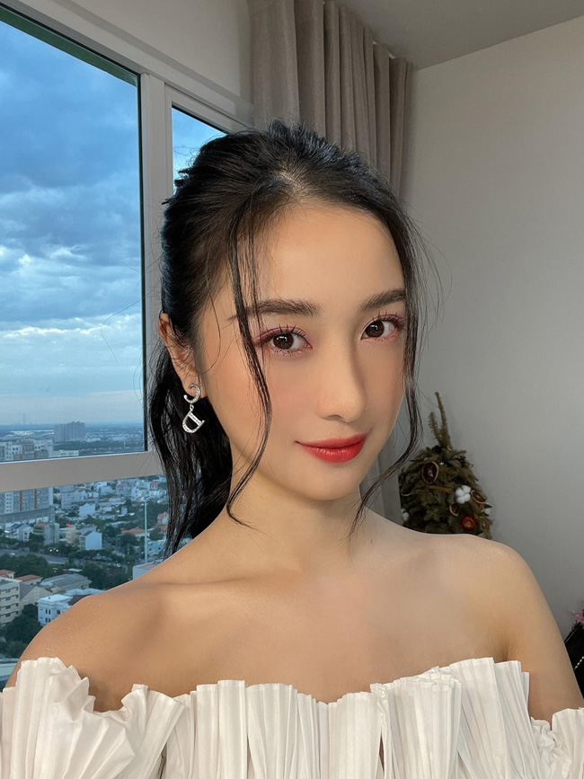 Jun Vũ chia sẻ, bản thân cô cũng chưa được tiêm vaccine COVID nên mong dân mạng tỉnh táo, không nhầm lẫn và gây ảnh hưởng đến Facebook cá nhân của cô.