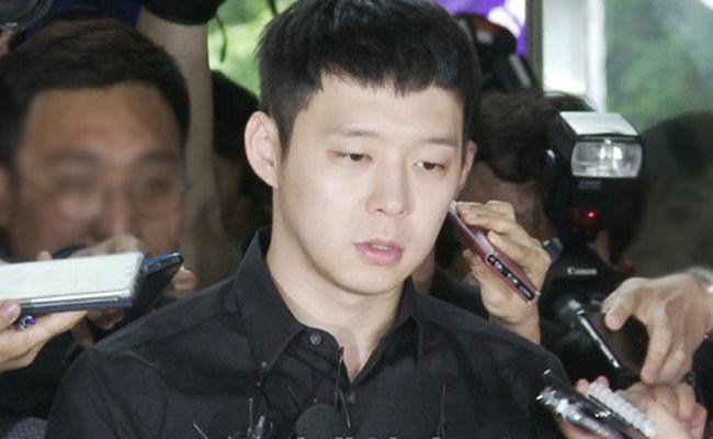 Năm 2016, Park Yoochun vướng phải cáo buộc xâm hại tình dục gây chấn động Hàn Quốc. Sự việc bùng lên khi một người phụ nữ họ Lee khởi kiện nam diễn viên đã xâm hại tình dục cô trong nhà vệ sinhquán bar. Sau đó có thêm 3 nhân chứng đứng ra tố cáo anh có hành động tương tự, địa điểm là phòng tắm/nhàvệ sinhcơ sở giải trí. Tuy nhiên, Yoochun được tuyên bố vô tội.