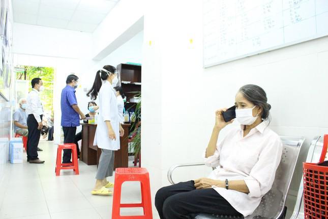 Bà lão xin… nghỉ học để cùng chồng đi chích ngừa vắc xin COVID-19 - 1