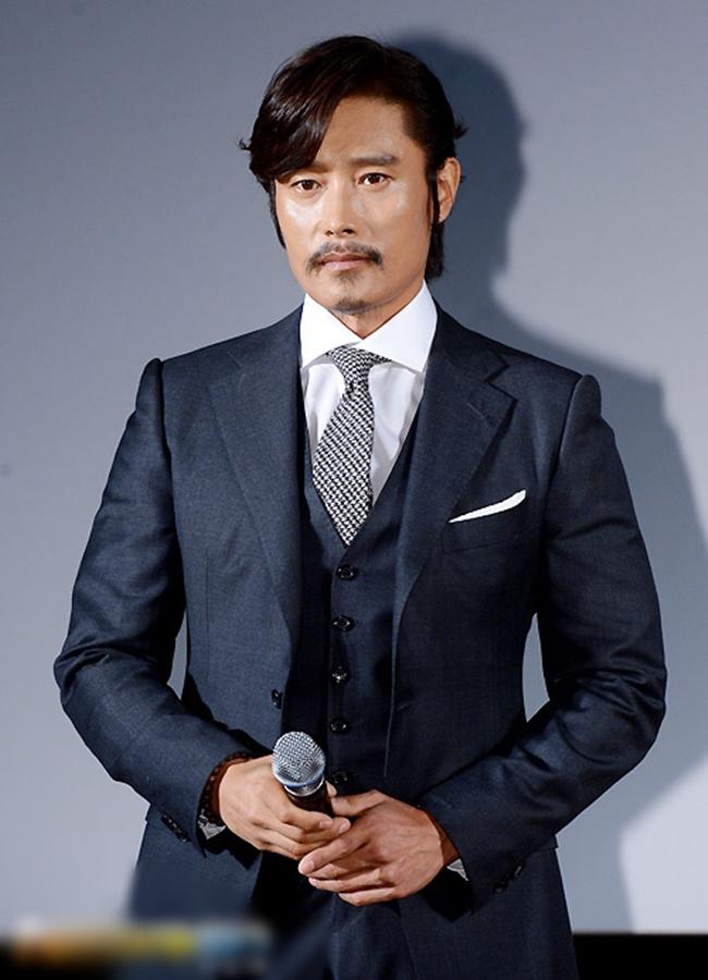 """Sau 1 năm kết hôn với mỹ nhân """"Vườn sao băng"""" Lee Min Jung, Lee Byung Hun bị người mẫu Lee Ji Yeon và thành viên nhóm tố gạ tình, quan hệ với cả hai cô gáigây chấn động cả Châu Á. 2 cô gái tống tiền Lee Byung Hun đã bị xử án tù nhưng scandal này đã thành vết nhơ trong sự nghiệp của nam tài tử."""