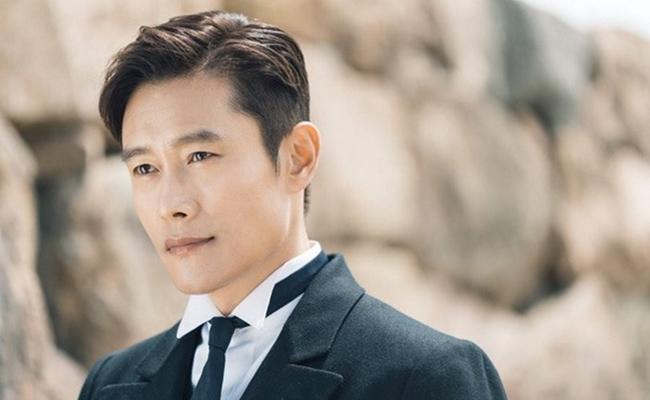 Ở tuổi 55, Lee Byung Hun có sự nghiệp nở rộ, gia đình hạnh phúc và vẻ ngoài điển trai, cuốn hút.