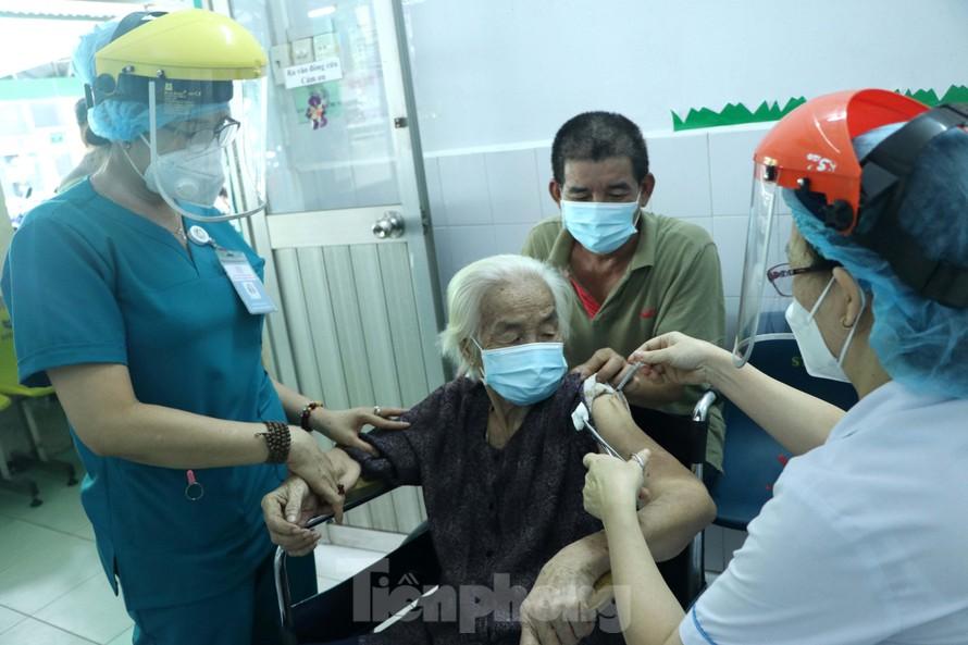 Cháu hơn 60 tuổi đưa bà 102 tuổi đi tiêm vắc xin COVID-19 - 1
