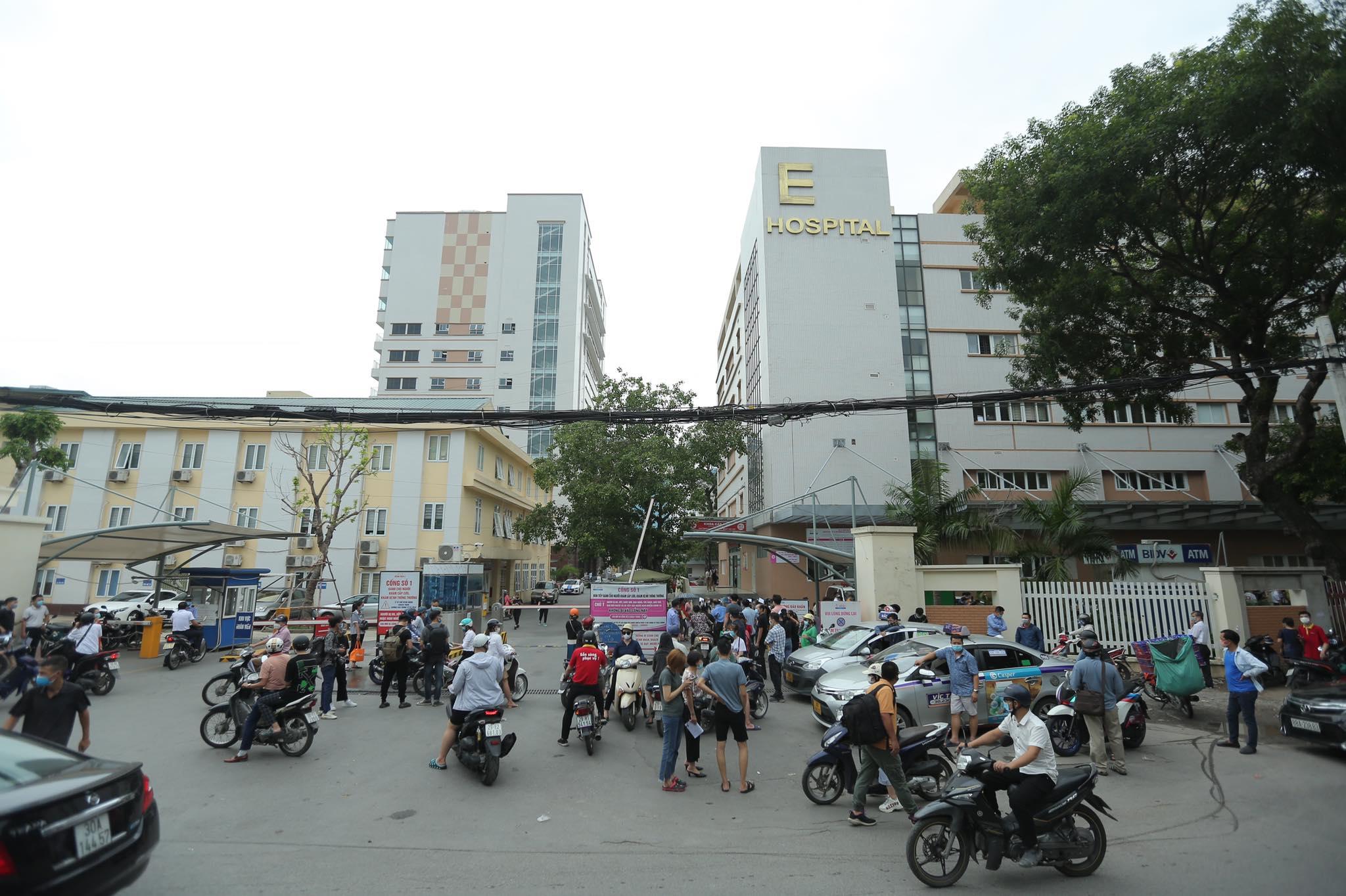 Người dân chen chân chờ tiêm vaccine ở Hà Nội - 1