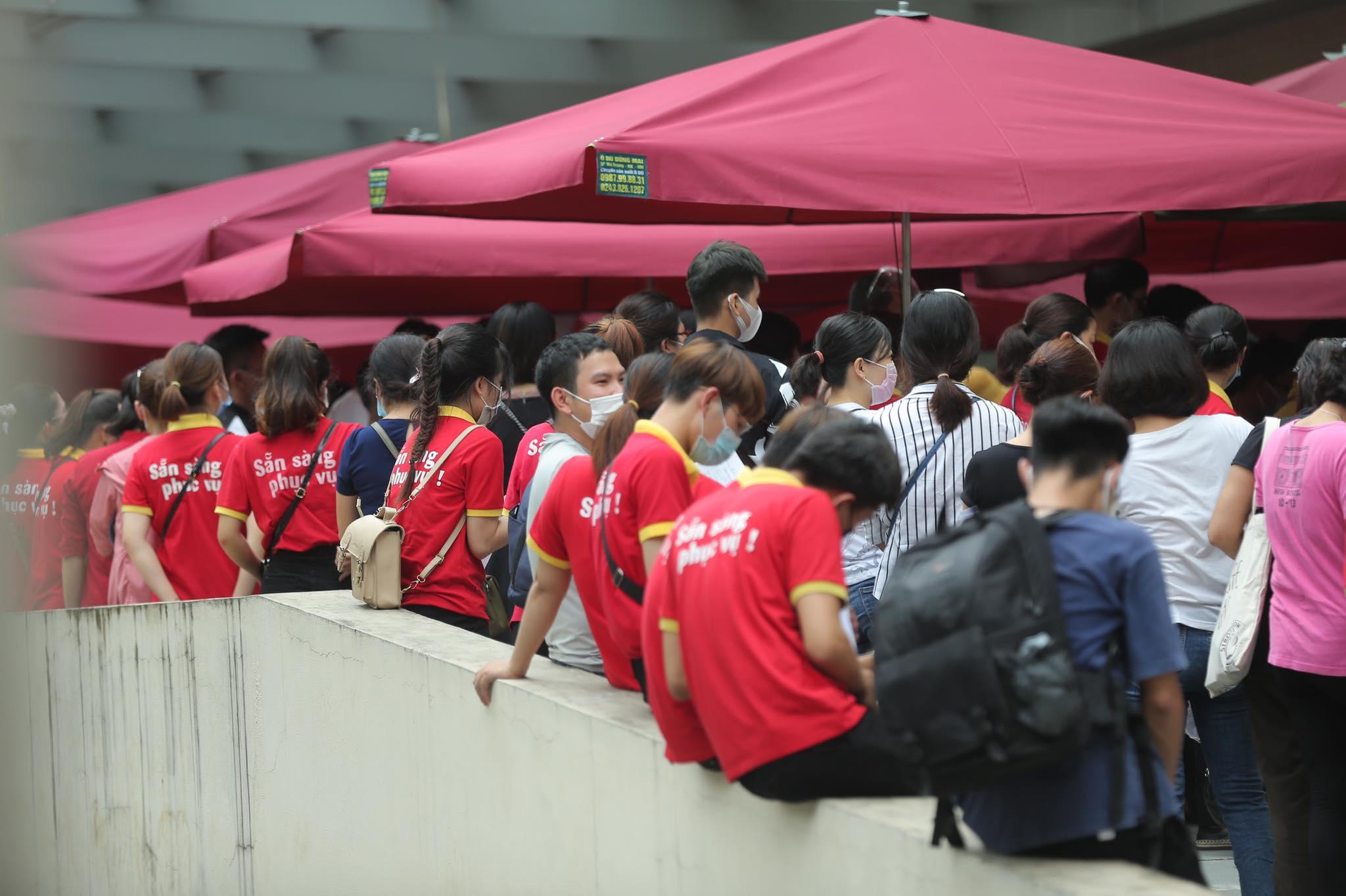 Người dân chen chân chờ tiêm vaccine ở Hà Nội - 10