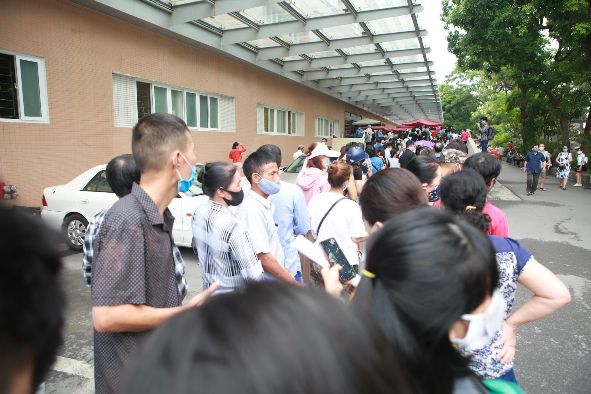 Người dân chen chân chờ tiêm vaccine ở Hà Nội - 12
