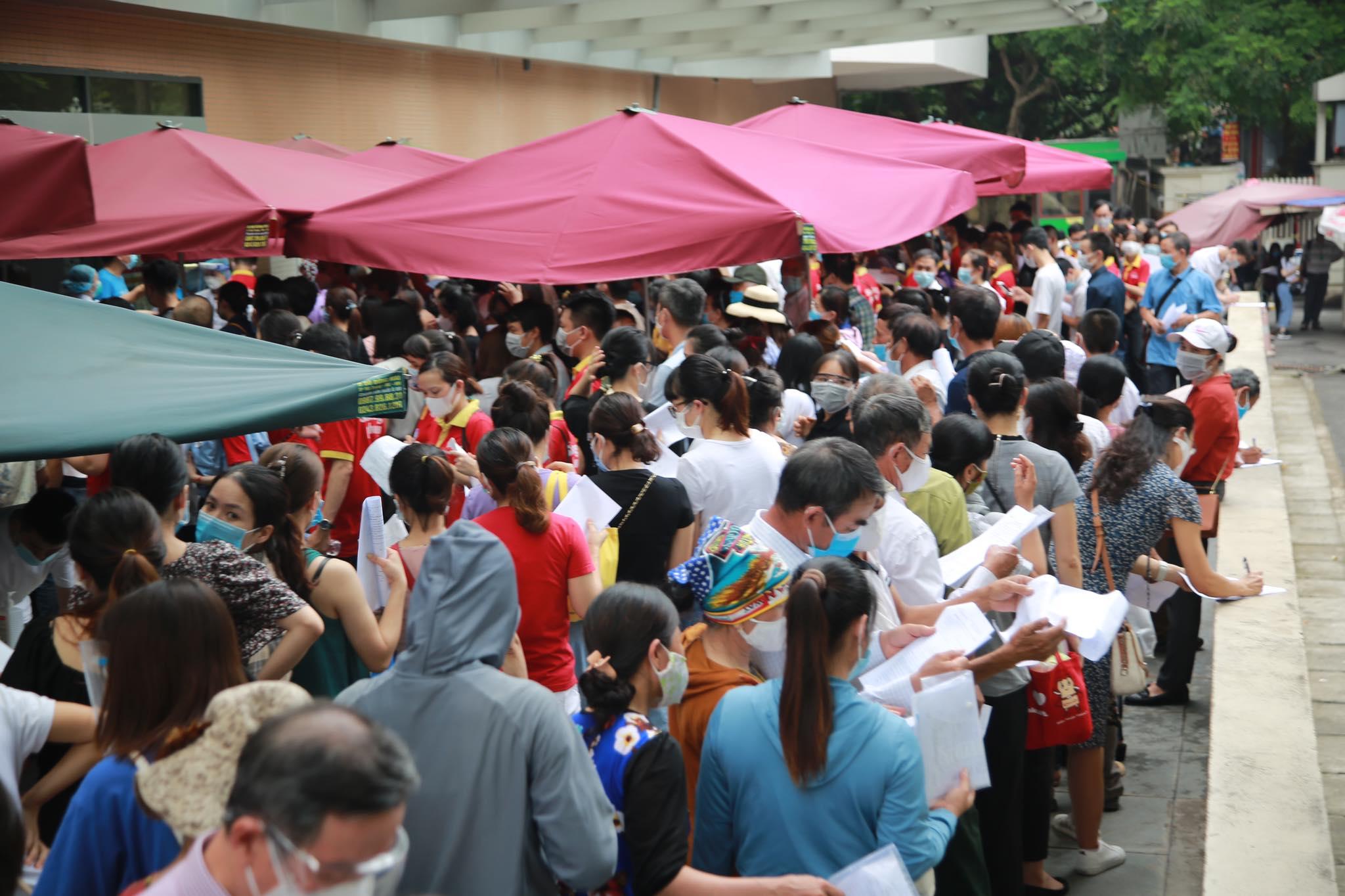 Người dân chen chân chờ tiêm vaccine ở Hà Nội - 5
