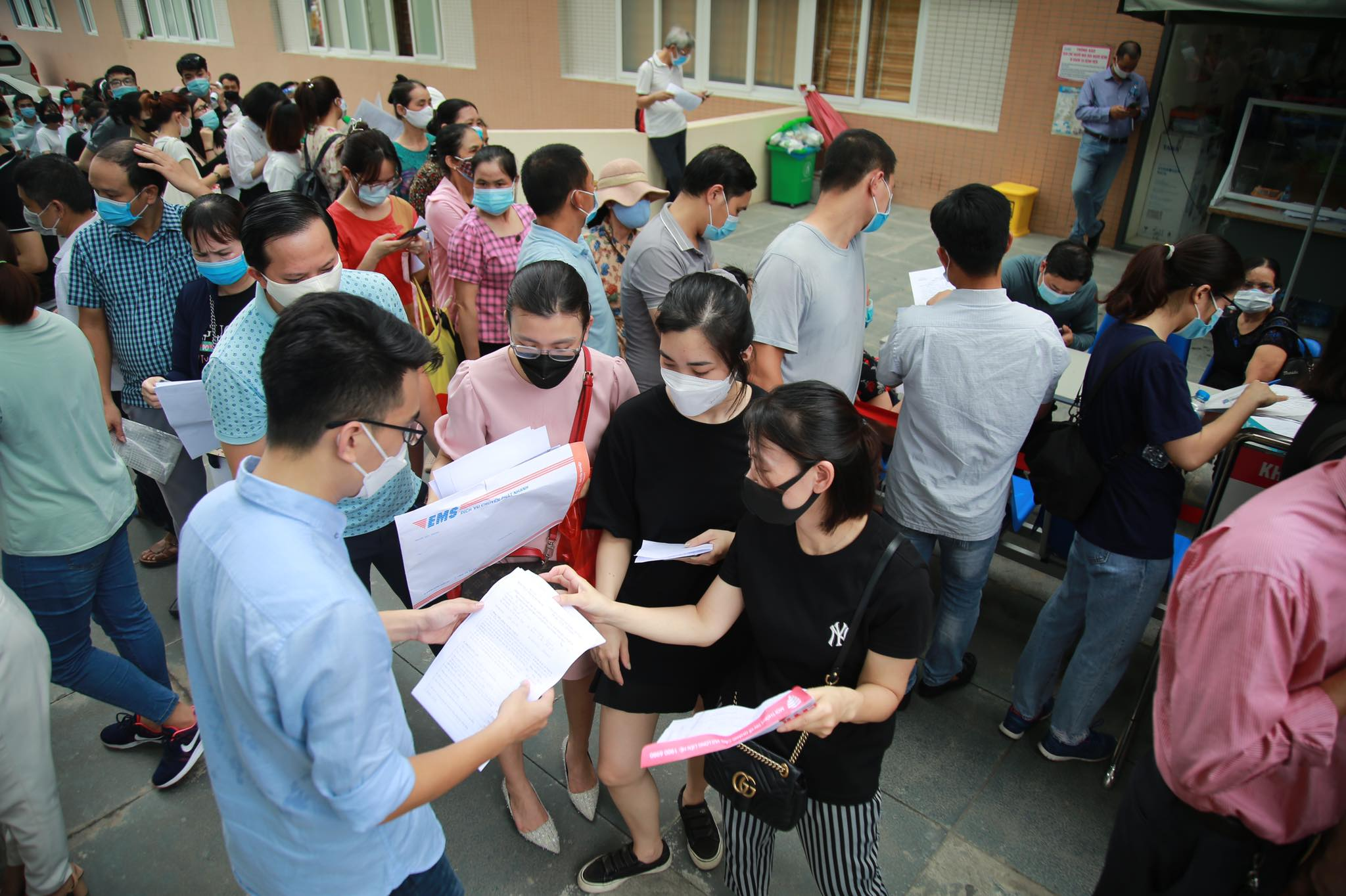 Người dân chen chân chờ tiêm vaccine ở Hà Nội - 8