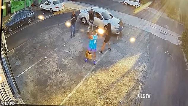 """Video: Tên cướp Mỹ ngổ ngáo rút súng đe dọa, không ngờ nạn nhân ra tay """"ác hơn"""" - 1"""