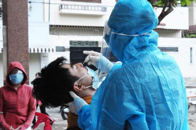 TP HCM khẩn cấp đề xuất Bộ Y tế hỗ trợ 5.000 nhân viên y tế - 1