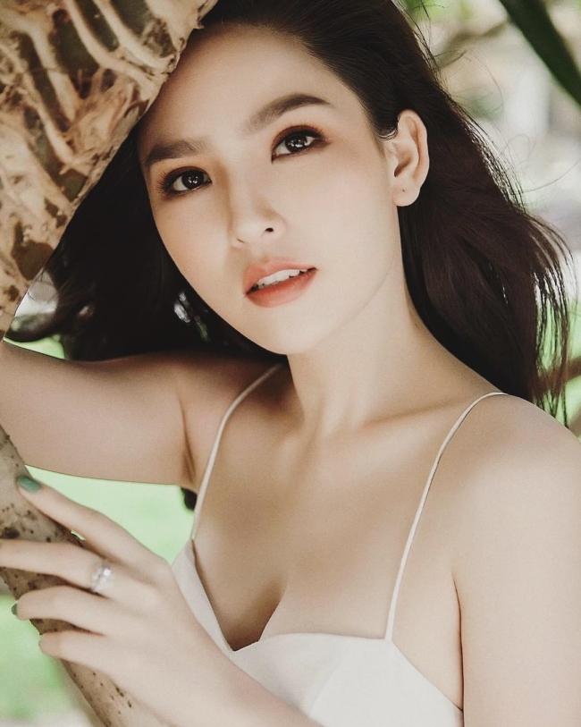 """Phi Huyền Trang vẫn được nhắc đến với biệt danh """"thánh nữ Mì Gõ"""", nổi tiếng với vẻ ngoài xinh đẹp, gợi cảm."""