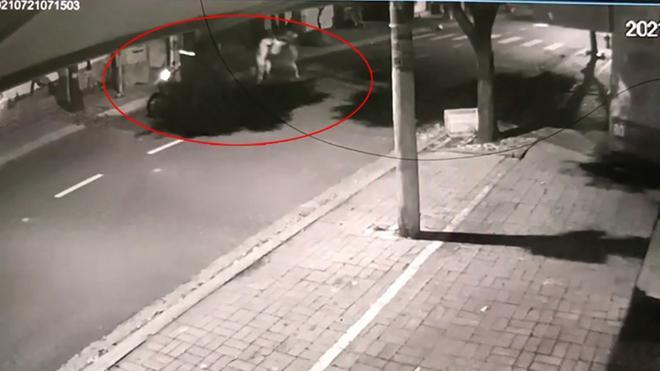 """Vụ clip cha cùng con gái chống trả nhóm trộm chó: """"Cẩu tặc"""" xịt hơi cay vào mặt chủ nhà - 1"""