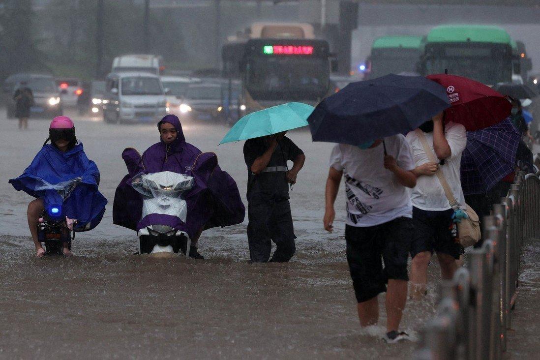 """Sốc với lượng nước trút xuống thành phố Trung Quốc trong trận mưa lũ """"ngàn năm có một"""" - 1"""