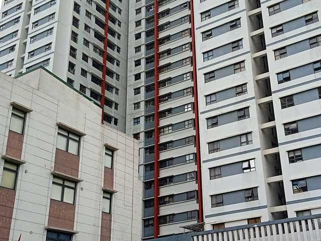 Hà Nội: Rơi từ chung cư, bé trai 3 tuổi tử vong - 1