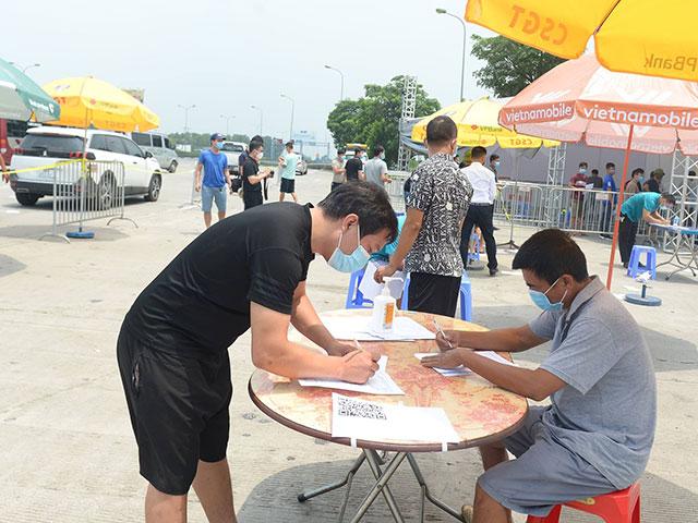 Muốn qua chốt kiểm dịch COVID-19 vào Hà Nội, người dân cần biết điều này - 1