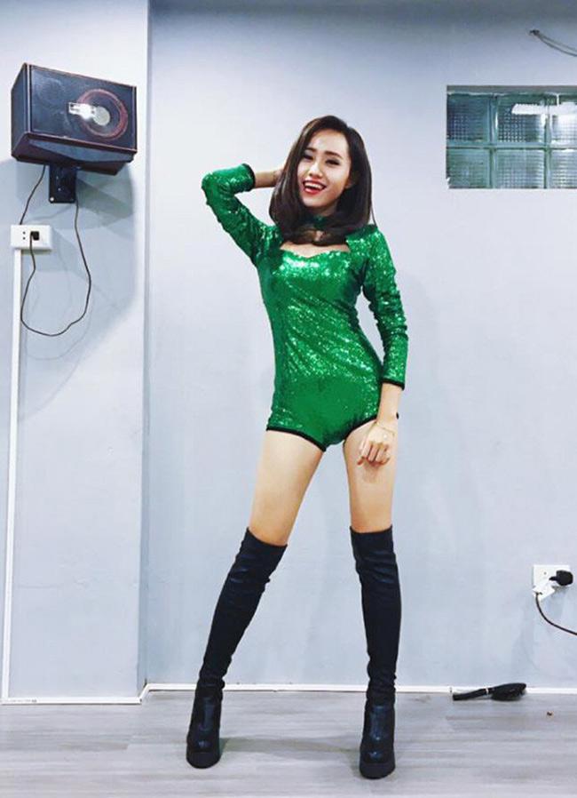 Cô còn có niềm đam mê với môn dance, tham gia nhóm nhảy và là người quản lý của một nhóm nhảy.