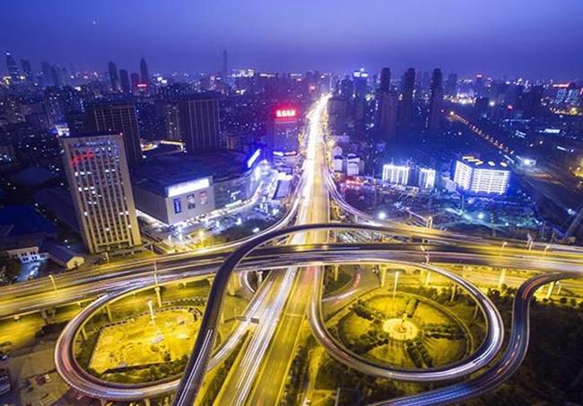 Trịnh Châu cũng làtrung tâm sản xuất ô tô ở Trung Quốc, với Yutong Bus, Shaolin Bus, Zhengzhou Nissan và Haima Motor đều đặt trụ sở ở đây.