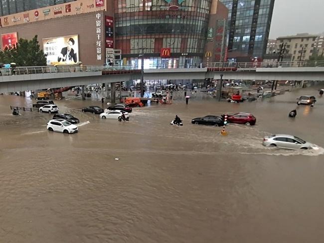 Nhiều tuyến tàu điện ngầm và đường phốngập chìm trong nước và ô tô trôi dạt trên đường phố.